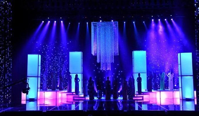 Стильное оформление зала и сцены для концерта